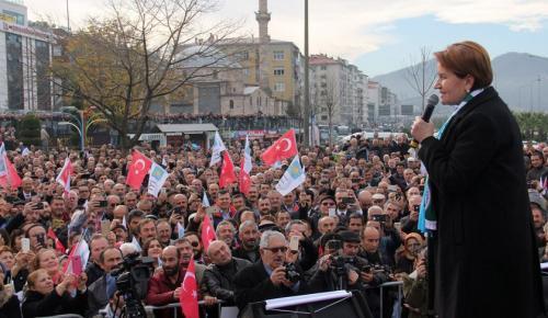"""Akşener'e """"Kurtar Bizi Demir Leydi""""Sloganı"""