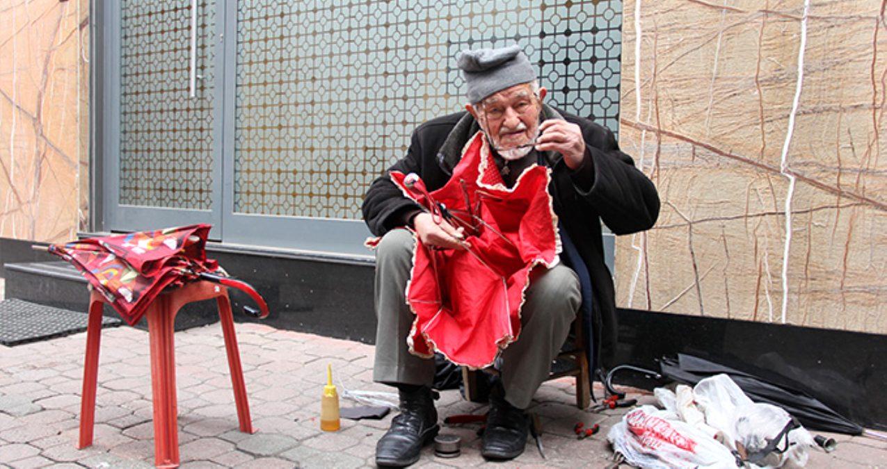 90 yaşındaki dede gözlük kullanmadan şemsiye tamir ediyor