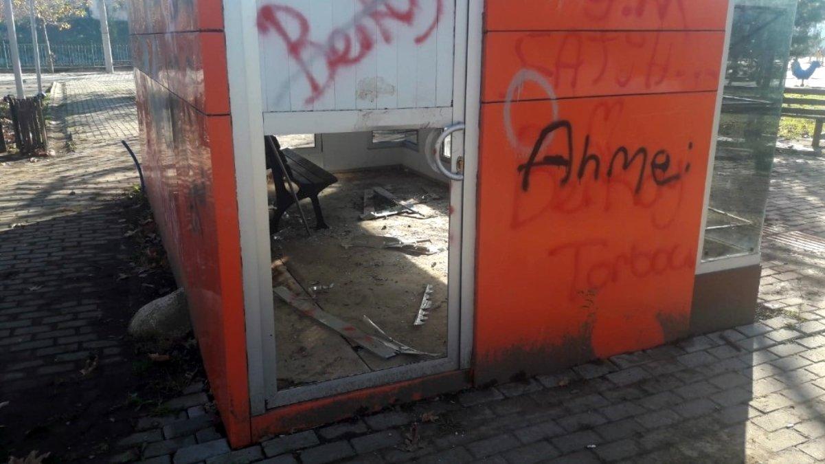 Magan da dehşeti!Şehir mobilyalarını tahrip ettiler!