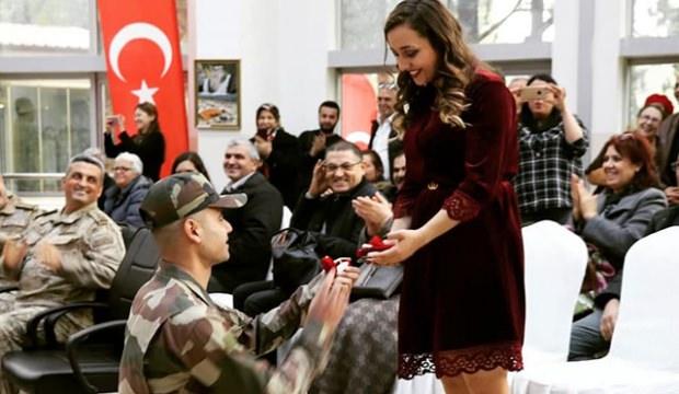 Yemin töreninde evlilik teklifi etti! Genç kız gözyaşlarını tutamadı