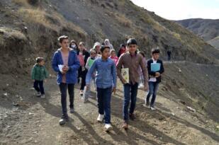 Başkan Sayan, uzaktan eğitime katılabilmek için dağlara tırmanan öğrencilerin yardım taleplerine…