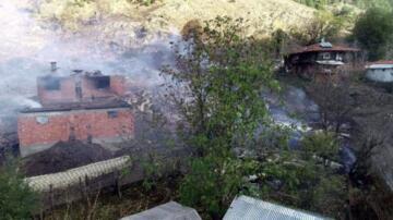 14 haneli köyde 10 ev ve cami yandı