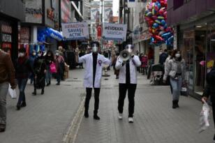 Çok yüksek riskli Samsun da tıp öğrencileri sokağa indi, megafonla halkı uyardı